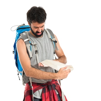 Backpacker sanación de un herido sobre fondo blanco