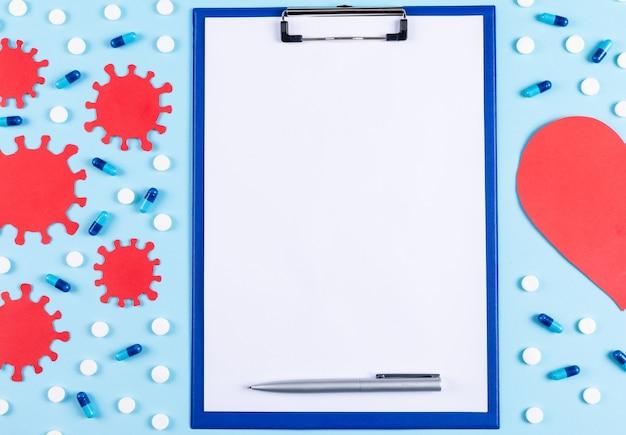 Las bacterias con soporte de papel y bolígrafo, corazón, píldoras a su alrededor se colocan en un espacio de fondo cian claro para texto