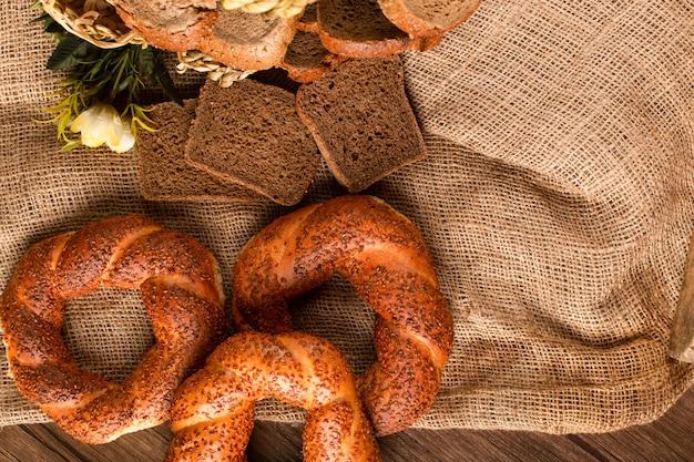 Bagel y rebanadas de pan oscuro en la canasta