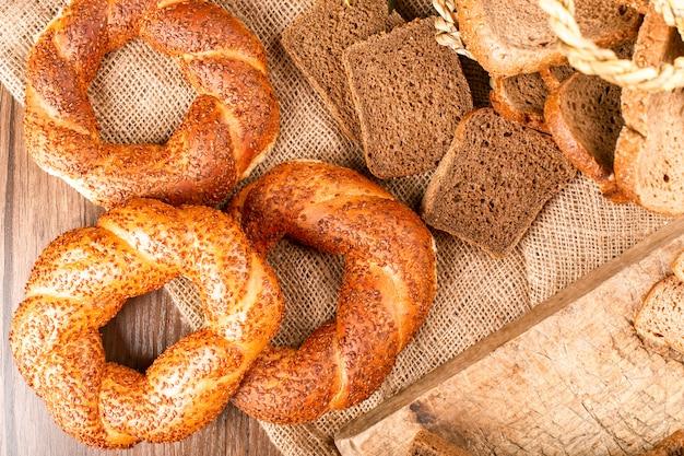 Bagels y rebanadas de pan en la canasta y en el mantel