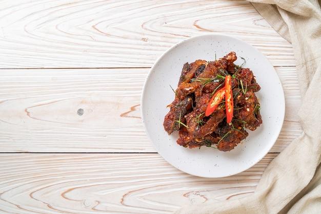 Bagre salteado con pasta de chile - estilo de comida asiática