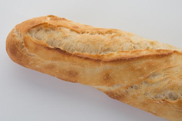 La baguette francesa aislado sobre un fondo blanco.