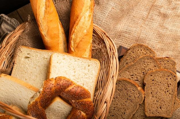 Baguette francesa con panecillos turcos y rebanadas de pan en la canasta