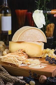 Baguette de queso fresco uvas y vino joven