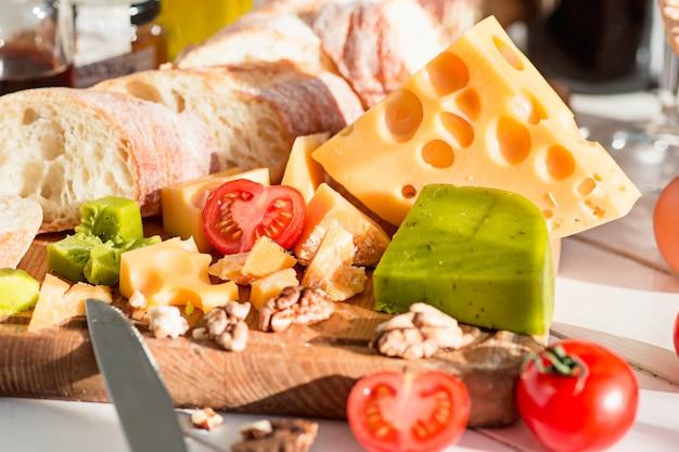 Baguette y queso en madera