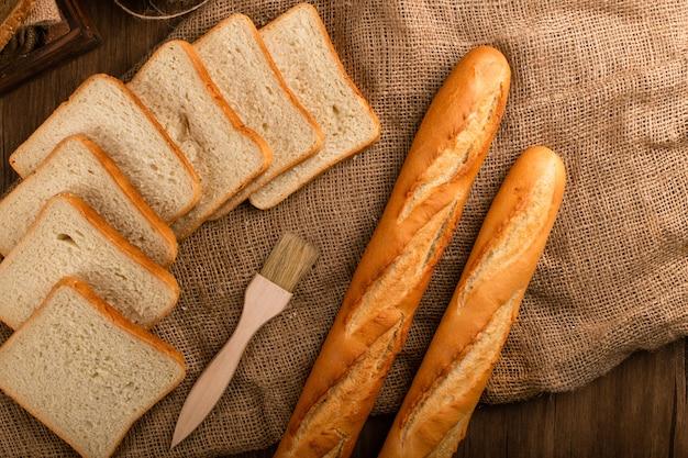 Baguette sabrosa con rebanadas de pan