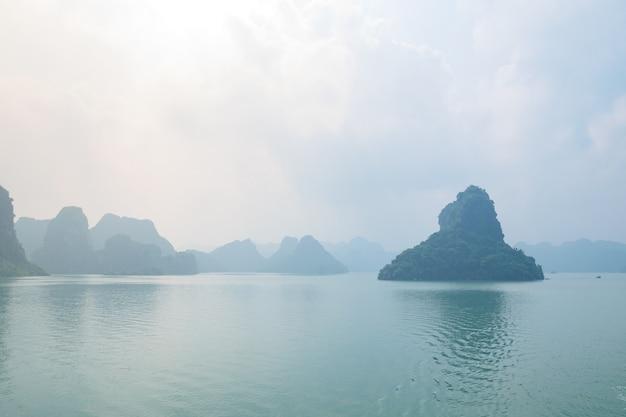 Bahía de ha long, islas únicas de roca caliza y picos de formación de karst en el mar