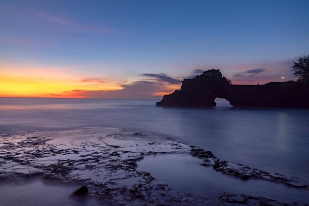 Bahía de la isla al anochecer