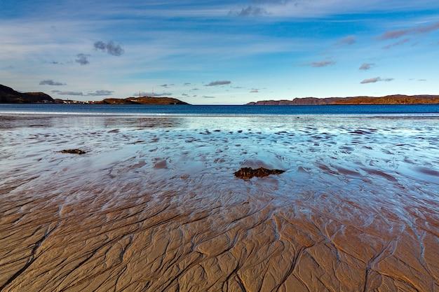 Bahía del mar durante la marea baja. extremo norte, mar de barents en rusia.