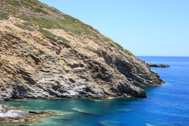 Bahía de las montañas en el mar mediterráneo.