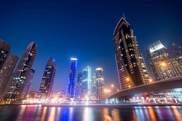 Bahía de negocios de dubai en la noche