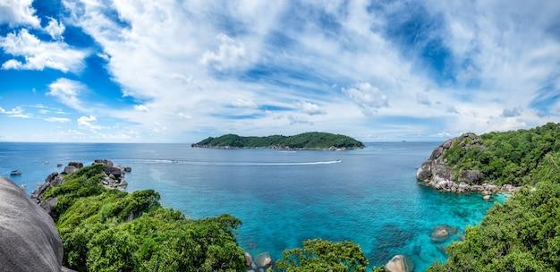 Bahía de similan navegando isla de roca en el mar de andaman