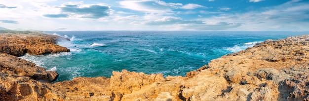 Bahía turquesa en la península de akamas