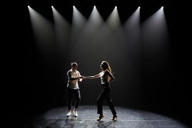 Bailando, pareja, bailando salsa.