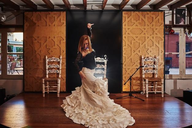 Bailaora de flamenco española en un escenario tradicional.