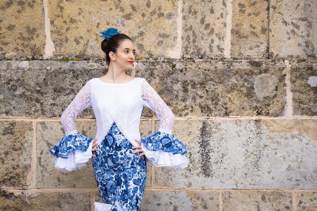 Bailaora de flamenco con traje tradicional de españa