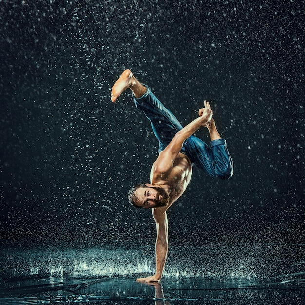 El bailarín de break masculino en el agua.