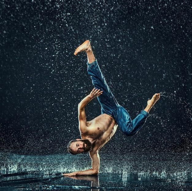 El bailarín de break masculino en agua.
