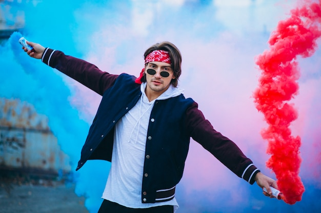 Bailarín urbano masculino con humo de colores