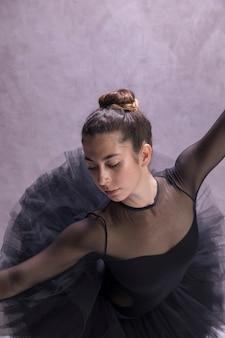 Bailarina de ángulo alto mirando a otro lado pose