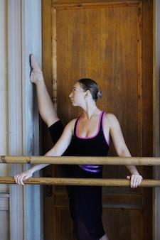 Bailarina de ballet en una clase de ballet