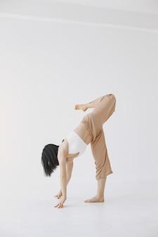Bailarina de ballet femenino de estilo contemporáneo. mujer en un estudio de danza.