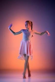 Bailarina de ballet moderno adolescente