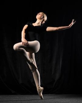 Bailarina de ballet posando en medias y leotardo