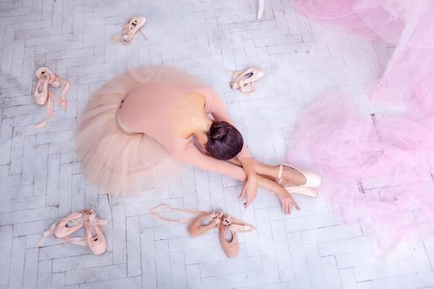 Bailarina de ballet profesional descansando después de la actuación.