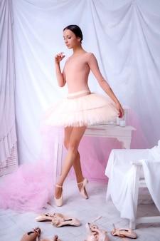 Bailarina de ballet profesional posando en tutú rosa