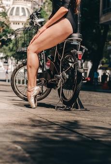Bailarina en bicicleta en la ciudad.
