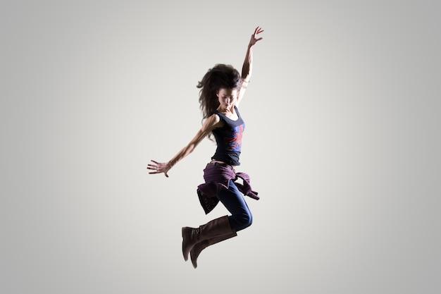Bailarina chica saltando en el aire