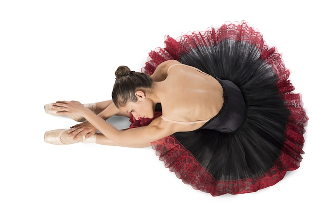 Bailarina clásica de calentamiento con punta y tutú