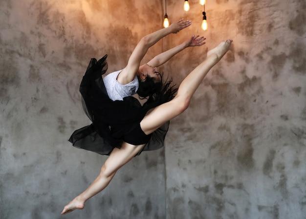 Bailarina clásica saltando en pose hermosa