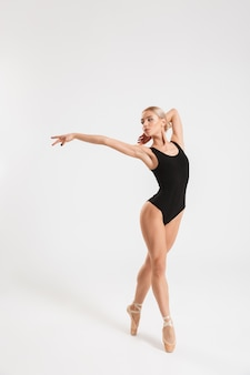 Bailarina encantadora jovencita bailando