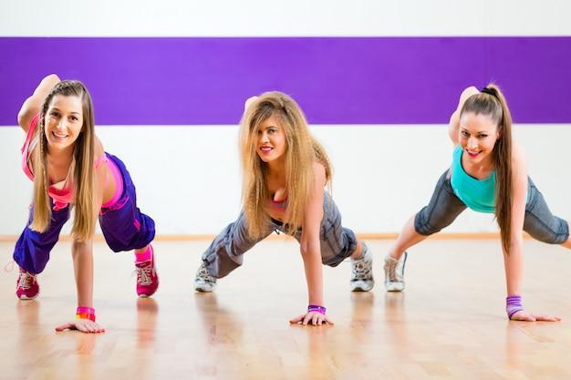 Bailarina en entrenamiento físico en estudio de danza