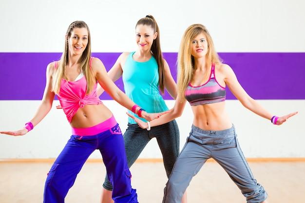 Bailarina en el entrenamiento de zumba en el estudio de danza.