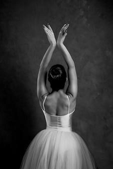 Bailarina en escala de grises vista trasera