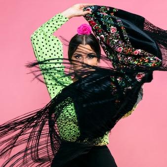 Bailarina de flamenco en movimiento mantón manila