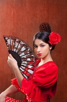 Bailarina de flamenco mujer gitana rosa roja española fan.