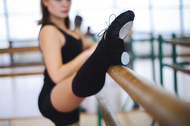 Bailarina está haciendo ejercicios en clase de ballet