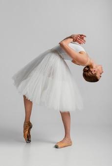 Bailarina con hermoso vestido blanco full shot