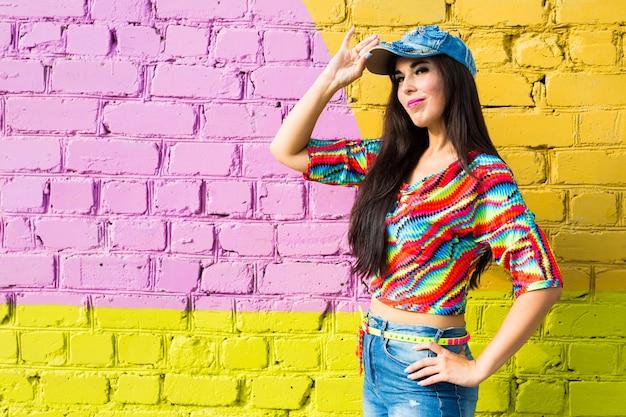 Bailarina de hip-hop hermosa chica sobre pared de ladrillo con espacio de copia.