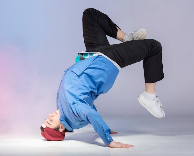 La bailarina de hip hop está mostrando algunos movimientos.