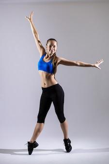 Bailarina de hip hop realizar aislado sobre un fondo blanco.