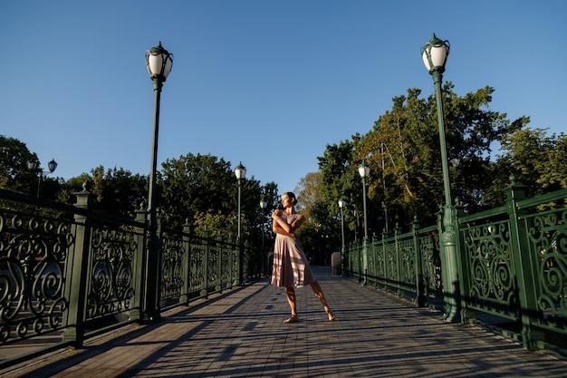 Bailarina a la luz del sol en el parque