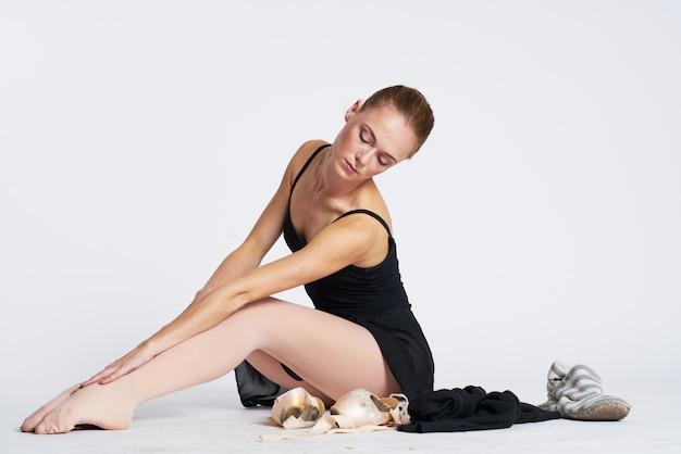 Bailarina mujer bailando en tutú y zapatillas de punta