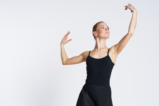Bailarina de mujer bailando en tutú y zapatos de punta aislados