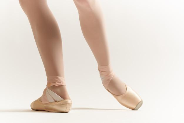Bailarina mujer se estira