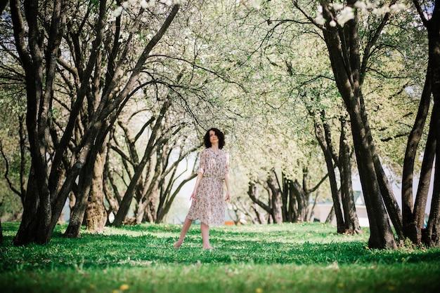 Bailarina de mujer en jardín floreciente. rosado. ballet. retrato de bailarina al aire libre. moda y estilo
